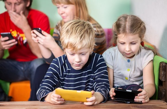 Sosyal Medya ve Çocuklar, Çocuklara Kötü Örnek Oluyoruz!