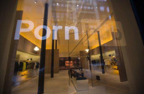 PornHub ilk Mağazasından Web Sitesine Canlı Yayın Yapıyor