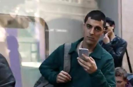 Yeni Samsung Galaxy Reklamı iPhone X ile Dalga Geçiyor, Saçlara Dikkat