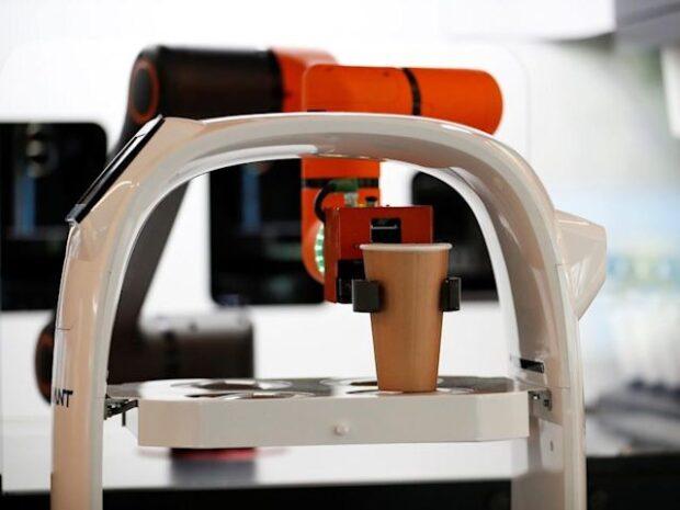 Güney Kore'de Kafelerde Sosyal Mesafe Robotic Baristalar ile sağlanıyor