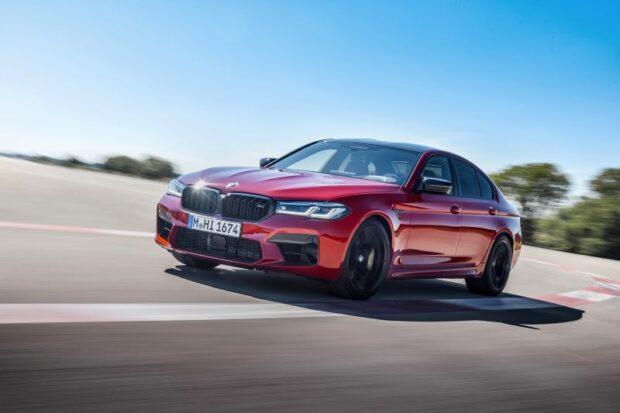 Yenilenen yekpare BMW Böbrek Izgara'nın ön kısımında yer alan ve BMW M ruhunu vurgulayan renkli çift çubuk ile M rozeti