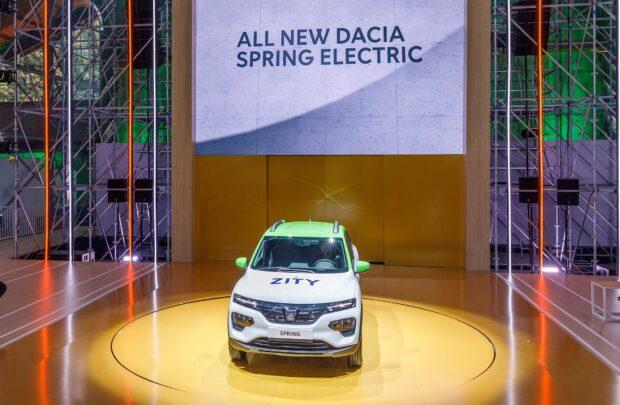 karbon nötr olma taahhüdü kapsamında iki yeni elektrikli otomobili Renault Megane eVision ve Dacia Spring'i Renault eWays etkinliklerinde tanıttı.