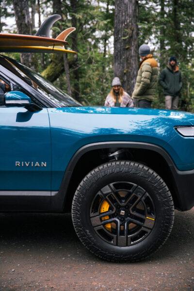 Rivian'ın; düşük dönme direnci hedefleri ile Scorpion All Terrain lastiklerin off-road uygulamaları arasında uyum sağlamak üzere bir lastik geliştirdi.