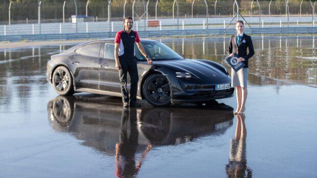Porsche eğitmeni Dennis Retera, Taycan ile 200 metre uzunluğundaki drift pistinde 210 tur attı.